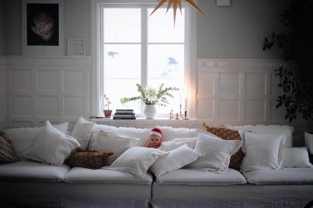 Liten tomtenisse inviger nya soffan Ikvll brt jag alla reglerhellip
